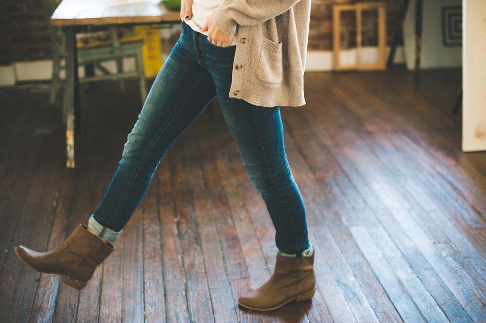 הג'ינסים לנשים חוזרים לאופנת 2019